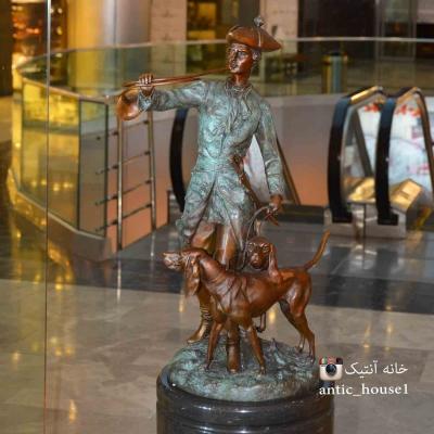 مجسمه برنزی  شکارچی و دو سگ EP-526 S