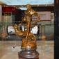 مجسمه برنزی مرد و ببر کد EP-206